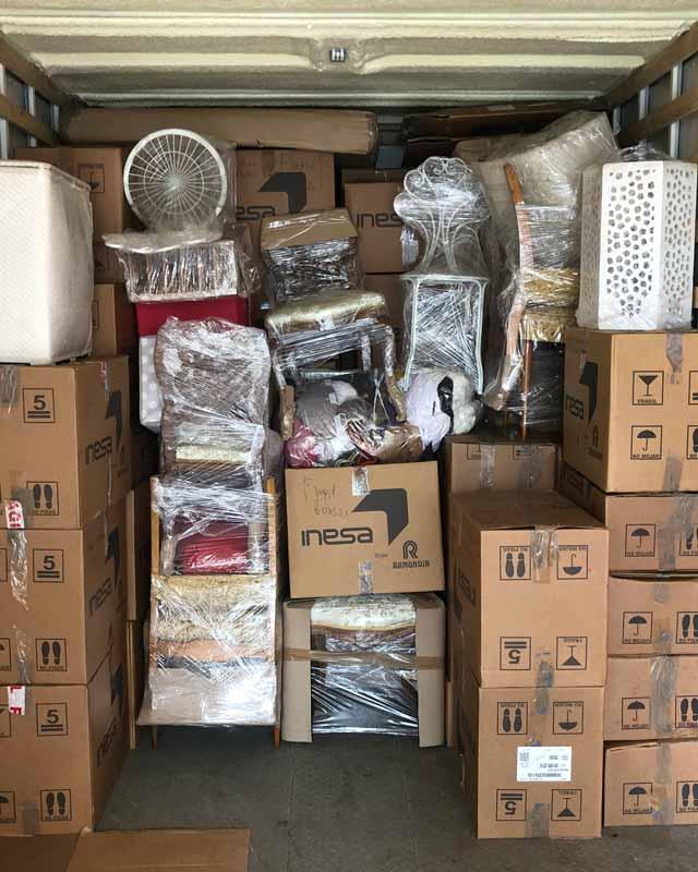 Cajas cerrada dentro de un camión de mudanza